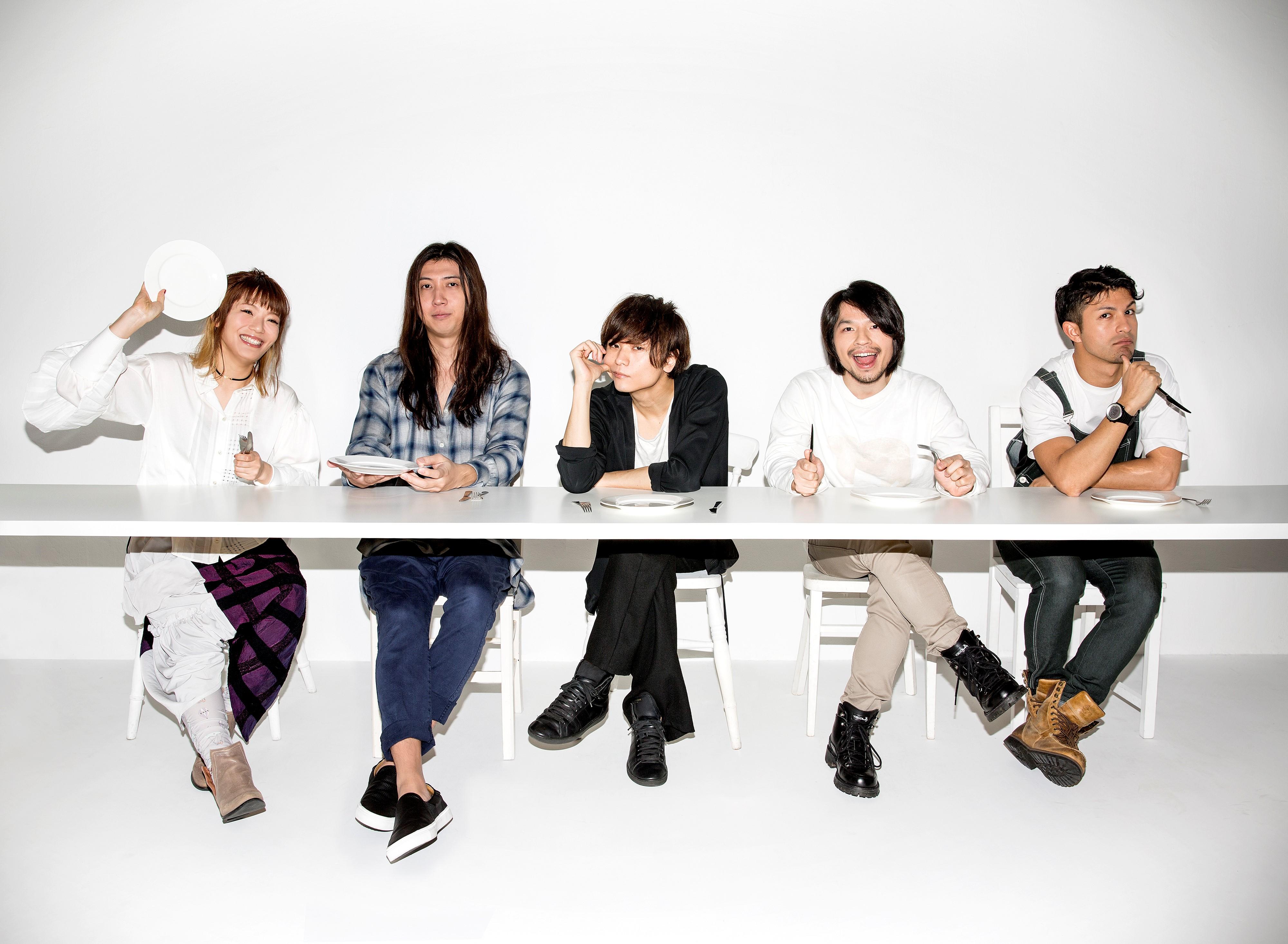 L→R 東出真緒(Violin&Key)、安井英人(Ba)、金井政人 (Vo&Gu)、柿沼広也(Gu&Vo)、リアド偉武(Dr)