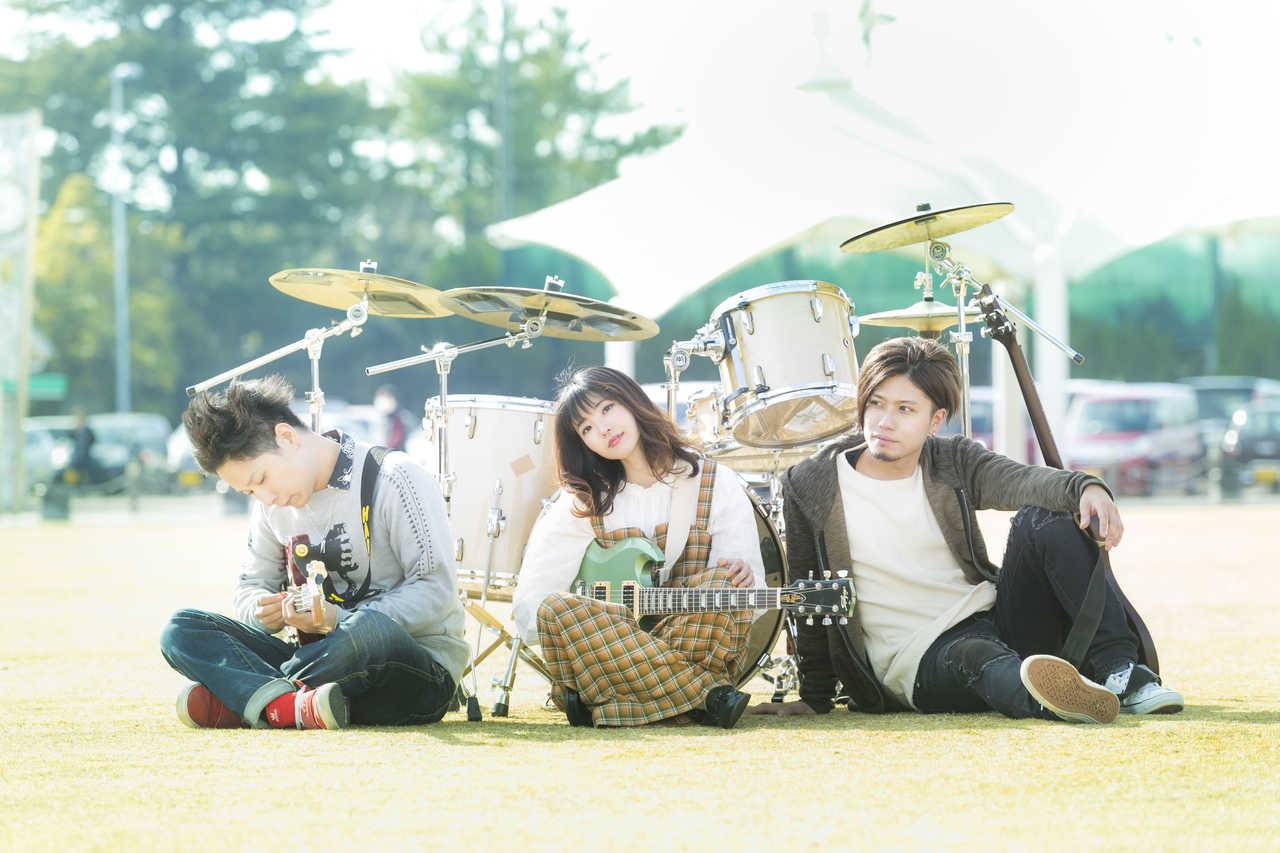 L→R Hiromu(Ba&Cho)、Misaki(Vo&Gu)、Chikai(Gu&Cho)