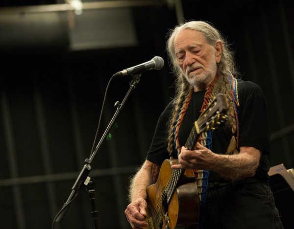今年85歳のウィリー・ネルソン、SMSを駆使したアルバム発売 | OKMusic