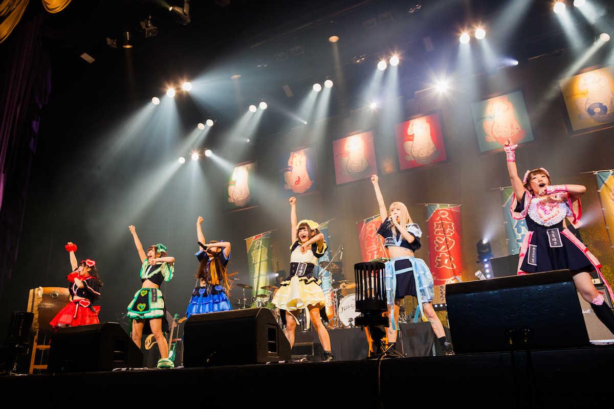 """バンドじゃないもん!中野サンプラザ公演で""""春場所""""開幕!GLAY・HISASHI提供の新曲も初披露"""