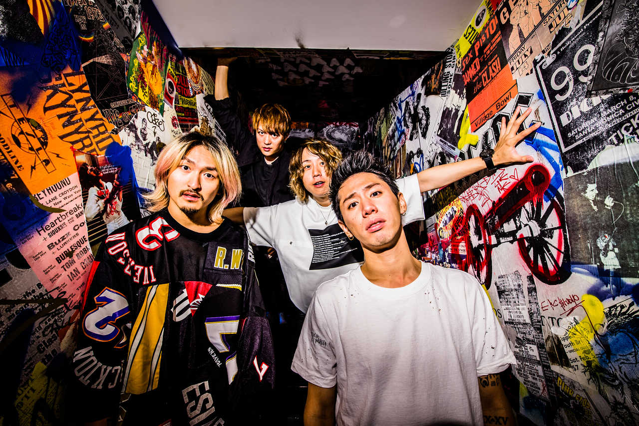 L→R Ryota(Ba)、Toru(Gu)、Tomoya(Dr)、Taka(Vo)