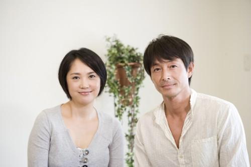 吉田栄作(右)と原千晶(左)がCM出演するコンピレーションCD『Eternal』
