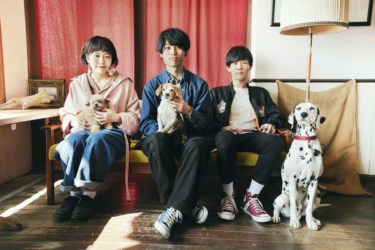 L→R せとゆいか(Dr&Cho)、石原慎也(Vo&Gu)、秋澤和貴(Ba)