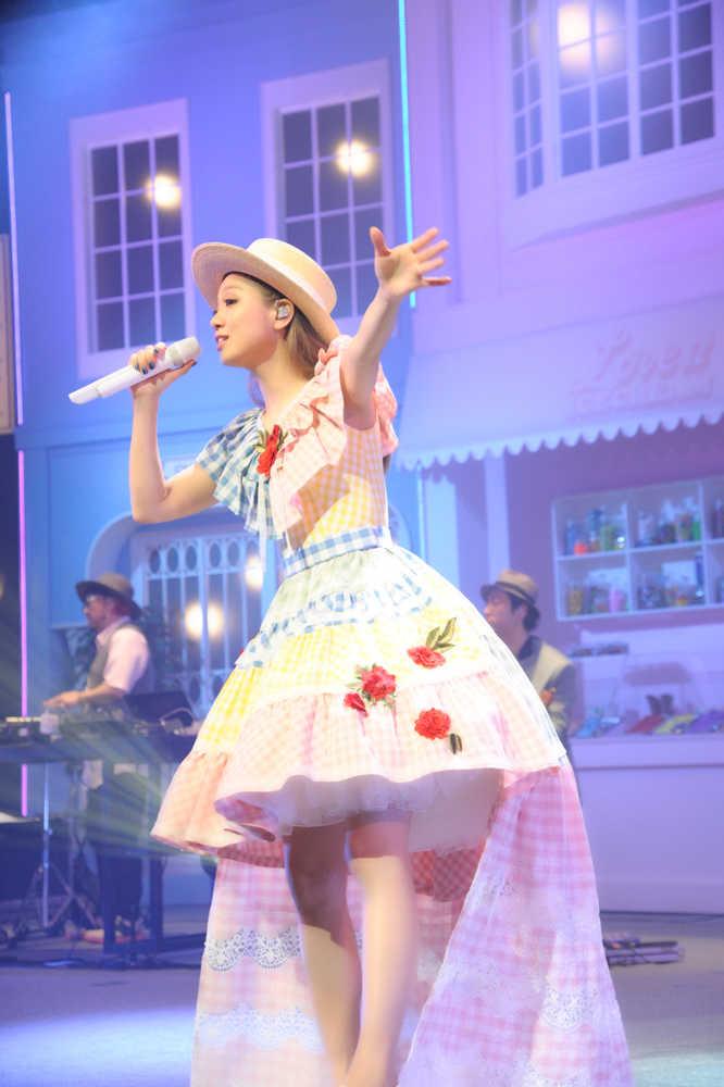 10周年ライブの西野カナ