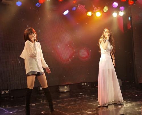 「ゆずれない願い」をサプライズ披露した藍井エイル(左)とELISA