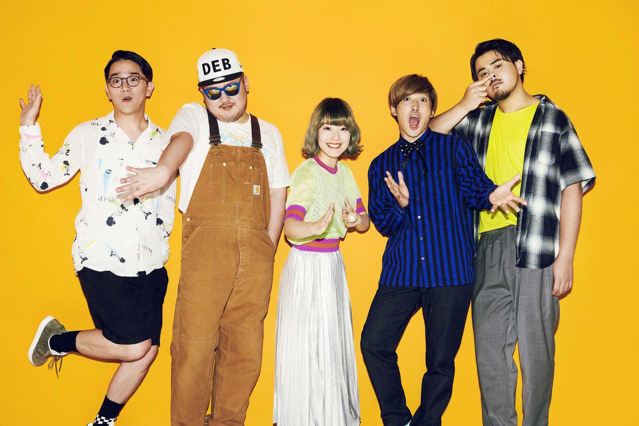 L→R 三浦太郎(Gu)、ひろせひろせ(Key)、おかもとえみ(Vo)、長島涼平(Ba)、SEKIGUCHI LOUIE(Dr)