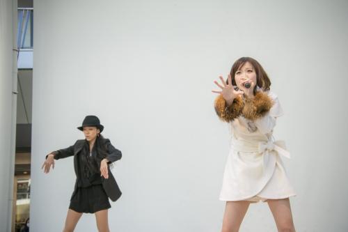 シングル&アルバム発売直前ミニライブを開催したMay'n(右)