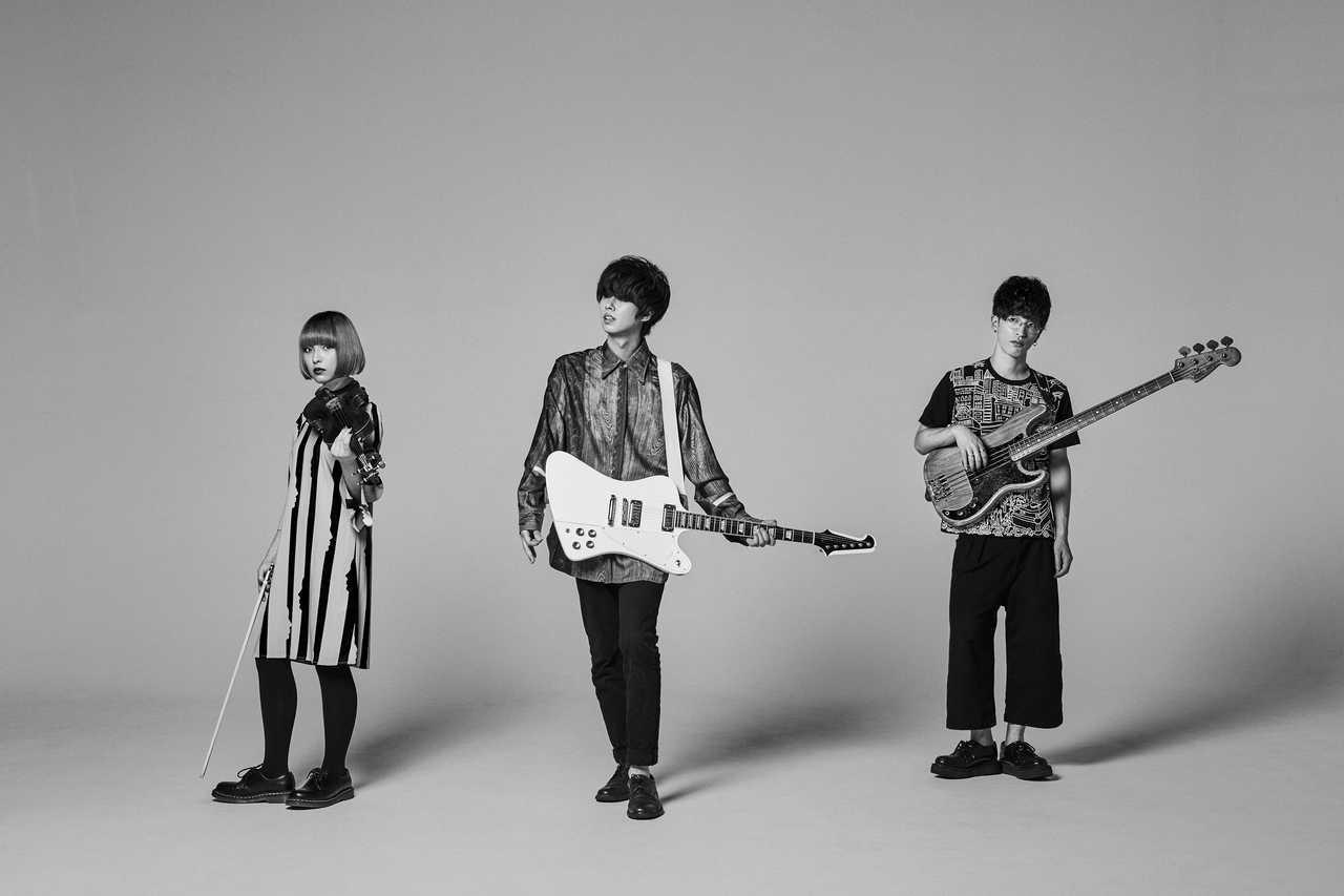 L→R saya(Violin&Syn&Cho)、櫻井健太郎(Vo&Gu)、エンドウリョウ(Ba)