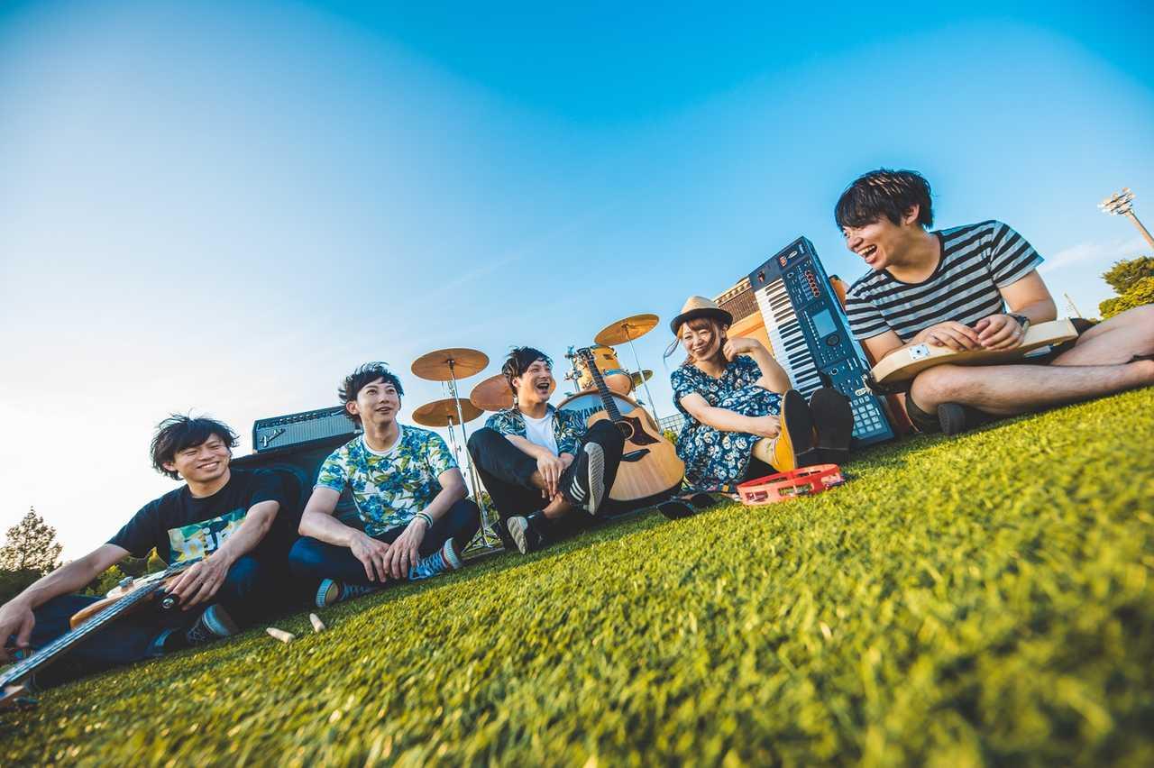 L→R 葛西達也(Ba&Cho)、木村 彰(Dr&Cho)、豊方亮太(Gu&Vo)、 あベス(Key&Vo)、高野優裕(Gu&Cho)