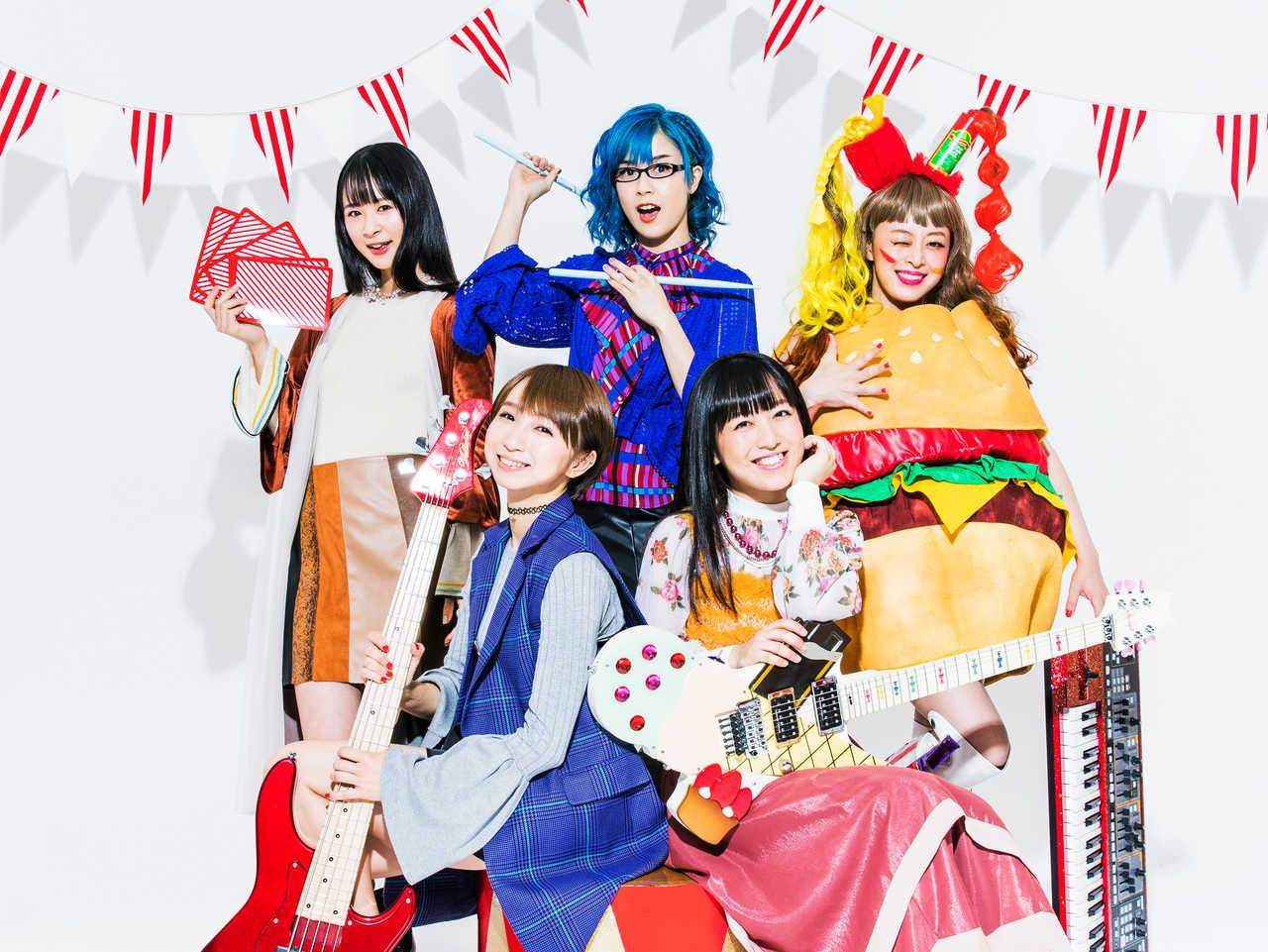 L→R まい(Performer1号)、Fチョッパー KOGA(Ba)、はな(Vo&Dr)、TOMO-ZO(Gu)、オレオレオナ(Vo&Key)