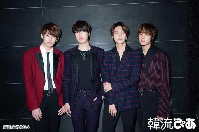 撮影:吉岡 希鼓斗 左からジュンヨン(Ba)、ジフ(Vo)、ヒョンジュン(Gt)、ウス(Dr)