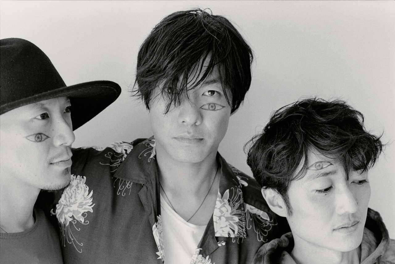 L→R 加藤慎一(Ba)、山内総一郎(Vo&Gu)、金澤ダイスケ(Key)