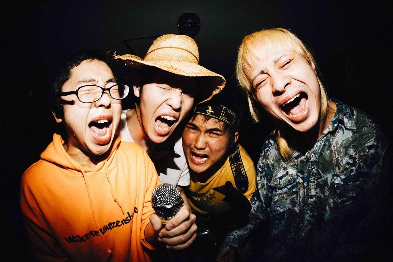 L→R 大武茜一郎(Vo&Gu)、良原涼太(Dr&Cho)、戸田源一郎(Ba&Cho)、カニユウヤ(Gu)