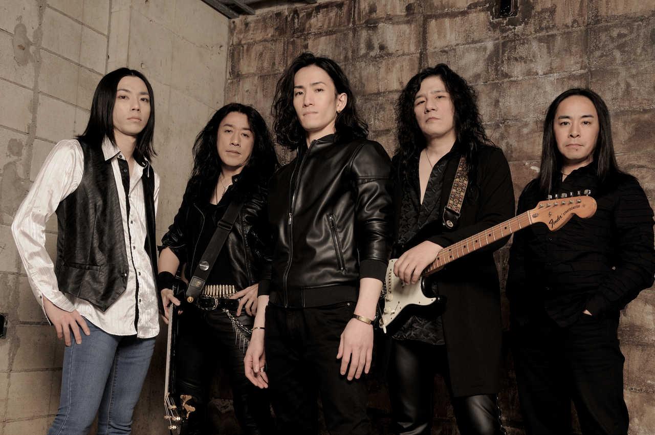 L→R 三宅 亮(Key)、中易繁治(Ba)、芳賀 亘(Vo)、島 紀史(Gu)、河塚篤史(Dr)