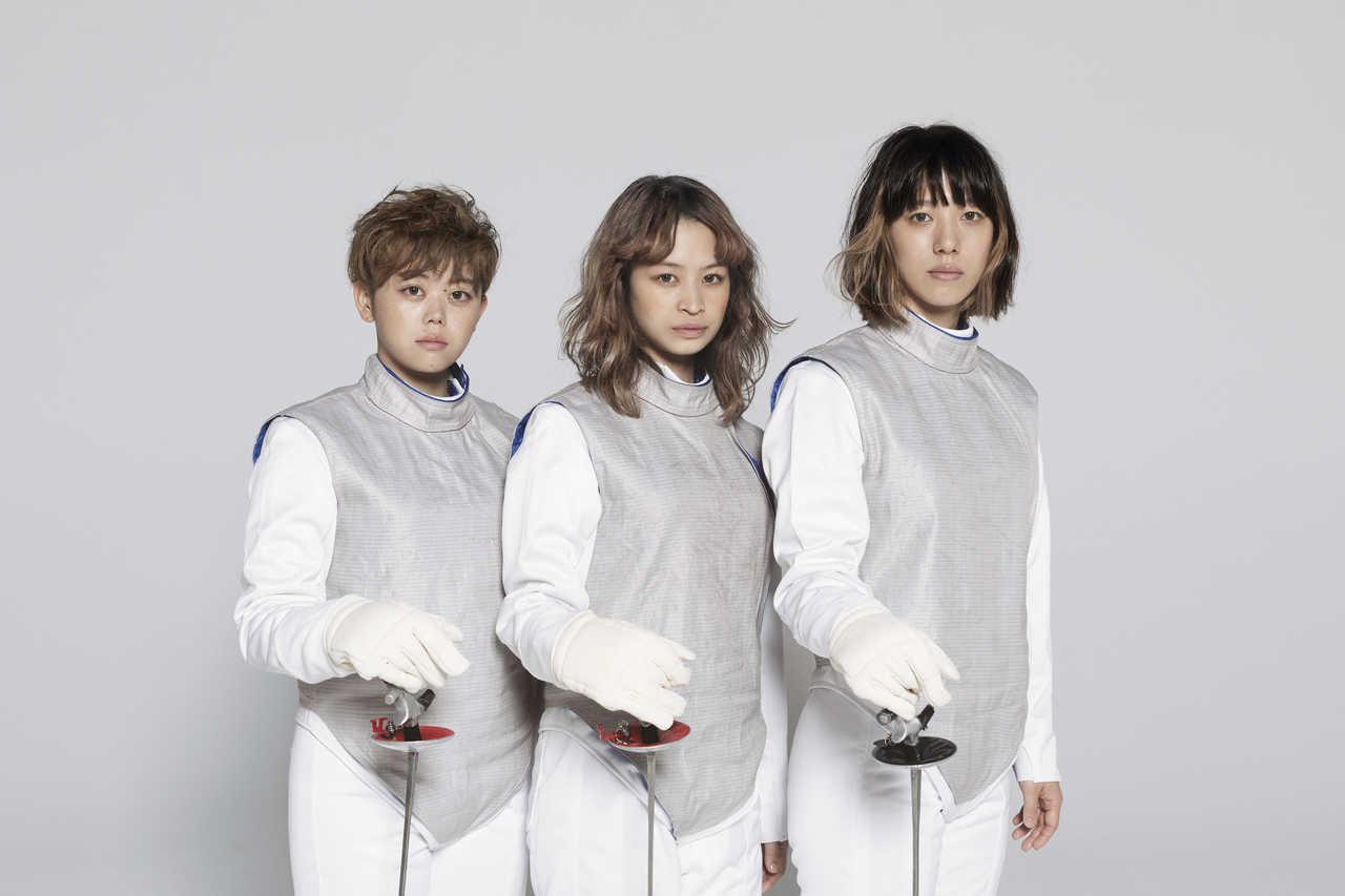 L→R 渡辺朱音(Dr&Cho)、真舘晴子(Gu&Vo)、和久利 泉(Ba&Cho)