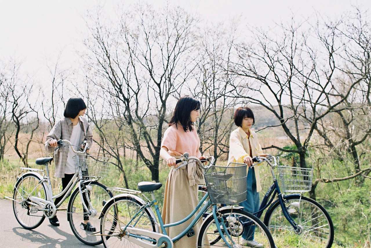 L→R フクダヒロア(Dr)、塩塚モエカ(Vo&Gu)、ゆりか(Ba)