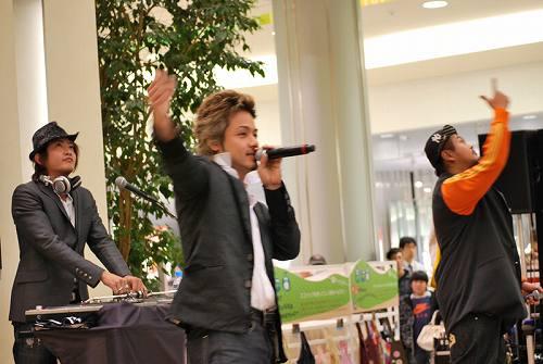 ニューシングルの発売を記念しインストアライヴを行ったCLIFF EDGE Listen Japan