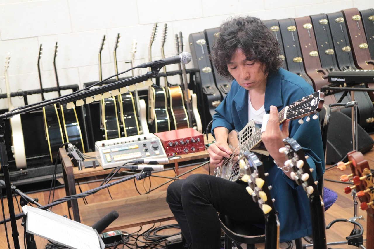 斉藤和義本人が解説、自作ギターも紹介! 弾き語りライブの 裏側に迫る特番9/16放送!