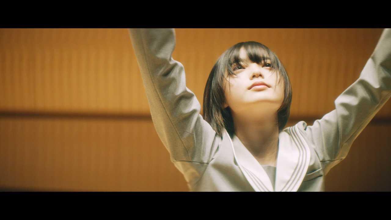 欅坂46の平手友梨奈、ソロ曲「角を曲がる」のMVが公開!