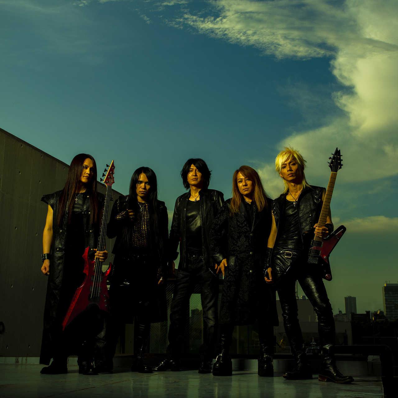 "L→R  TAKA(Ba)、FUMIYA(Dr)、Masatoshi ""SHO"" Ono(Vo)、YUHKI(Key)、SYU(Gu)"