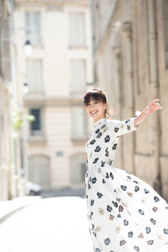 大塚 愛、アート空間で鮮やかなピアノ弾き語りライブを開催!
