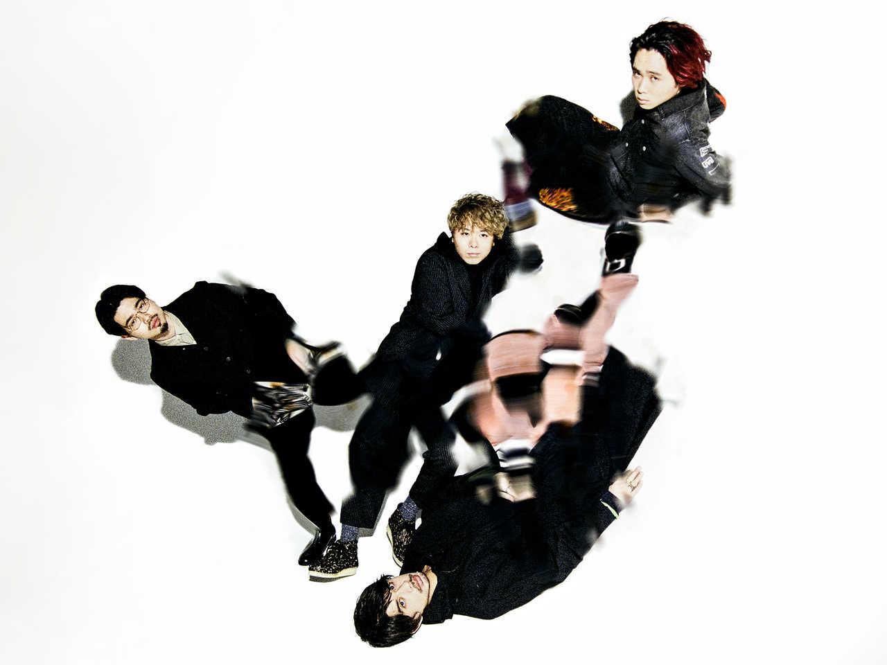 写真左より時計回りに、ハマ・オカモト(Ba)、オカモトコウキ(Gu)、オカモトレイジ(Dr)、オカモトショウ(Vox)