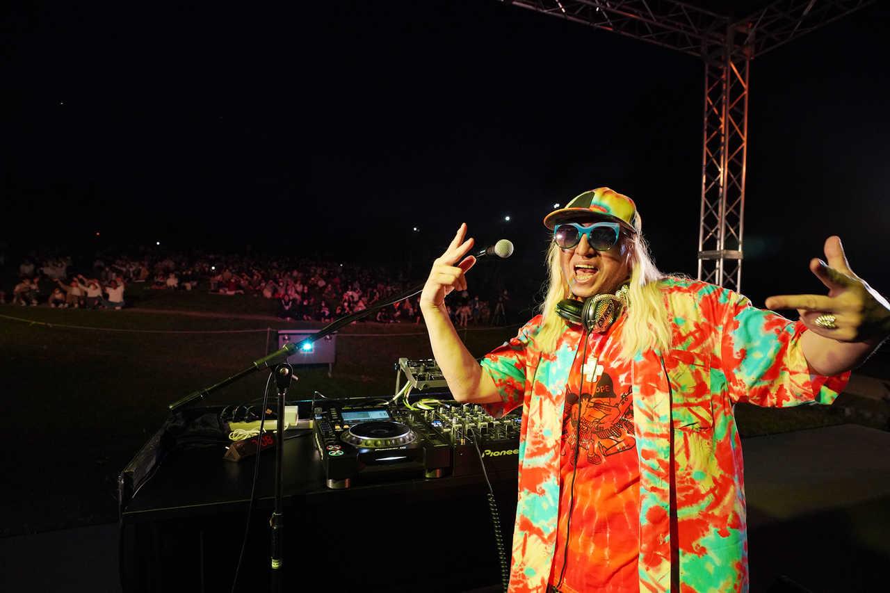 DJ KOO、日本一の星空の下でDJプレイでソーシャルディスタンスを取った1000人が熱狂