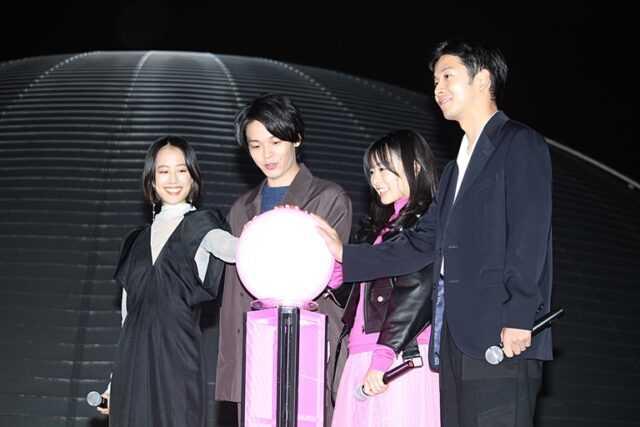 """東京スカイツリーを""""恋あた""""カラーに点灯した(左から)石橋静河、中村倫也、森七菜、仲野大賀"""