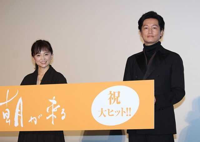 夫婦役を演じた永作博美(左)と井浦新