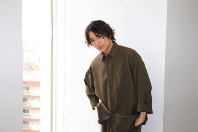 松岡広大 (ヘアメイク:RYO(ROI)/スタイリング:カワサキタカフミ)