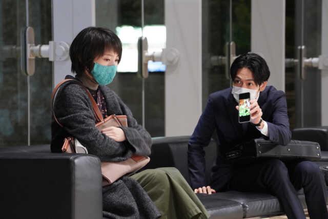 波瑠(左)と松下洸平 (C)日本テレビ