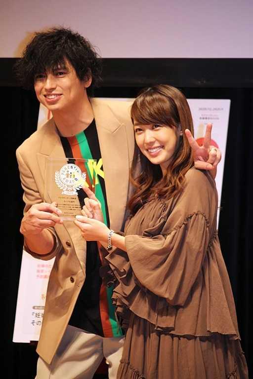 「カップル部門」で受賞したアレクサンダー&川崎希夫妻