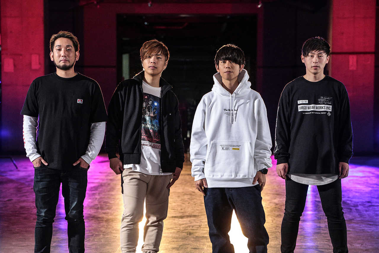 L→R Masunori(Support Dr)、Fujimon(Ba&Cho)、Satoshi(Vo&Gu)、Gucci(Gu&Cho)