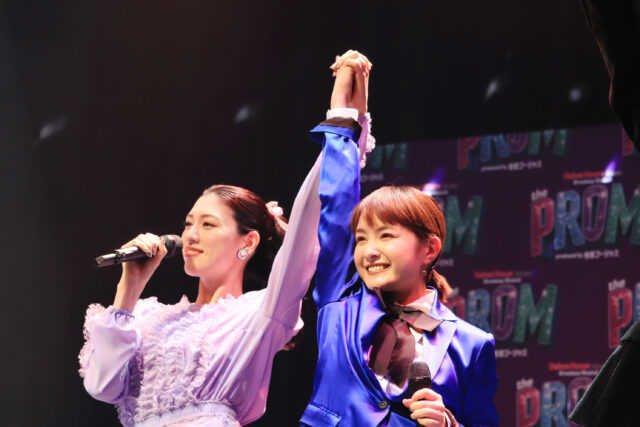 会見でミュージカルナンバーを初披露した三吉彩花(左)と葵わかな