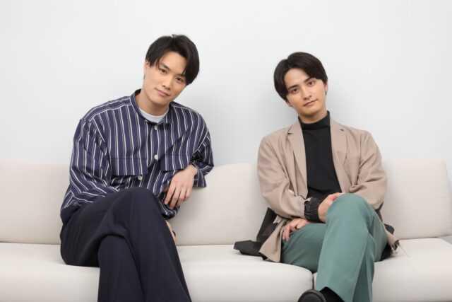 鈴木伸之(左)と瀬戸利樹 (C)西森博之/小学館 (C)「お茶にごす。」製作委員会