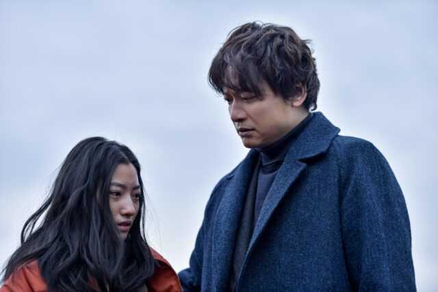 川島鈴遥(左)と香取慎吾 (C)「アノニマス」製作委員会