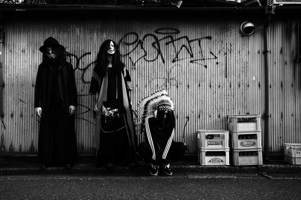 L→R ジョニー・ダイアモンド(Gu&Vo)、ナオ(Dr&Vo)、ショーン・ホラーショー(Ba)