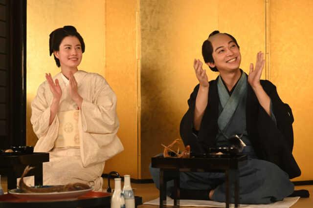渋沢千代役の橋本愛(左)と渋沢栄一役の吉沢亮