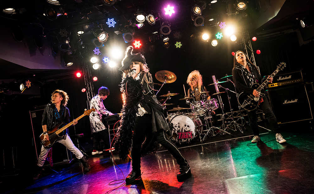 L→R Toshi(Support Ba)、佐藤達哉(Support Key)、森重樹一(Vo)、CHARGEEEEEE...(Support Dr)、カトウタロウ(Support Gu)