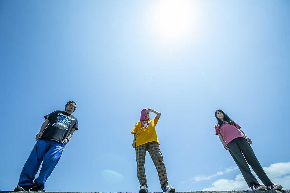 L→R moAi(Dr&Cho)、あやぺた(Vo&Gu)、いやま(Ba&Cho)