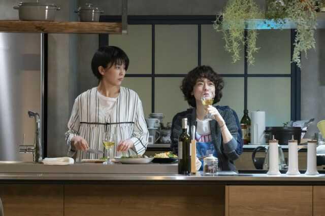 松たか子(左)と市川実日子 (C)カンテレ