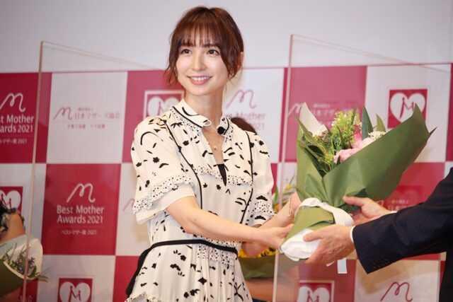 芸能部門で受賞した篠田麻里子