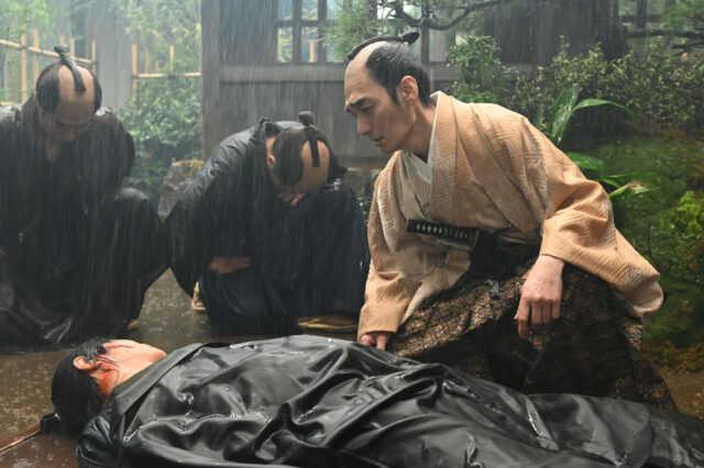 平岡円四郎役の堤真一(手前)と徳川慶喜役の草なぎ剛