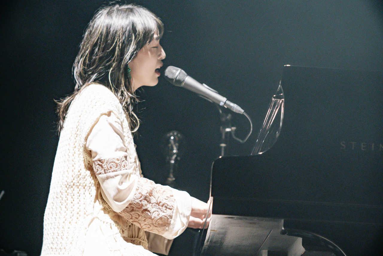 ヒグチアイ、THE CHARM PARKを招いた自主企画で新曲「縁」や未発表曲を披露!