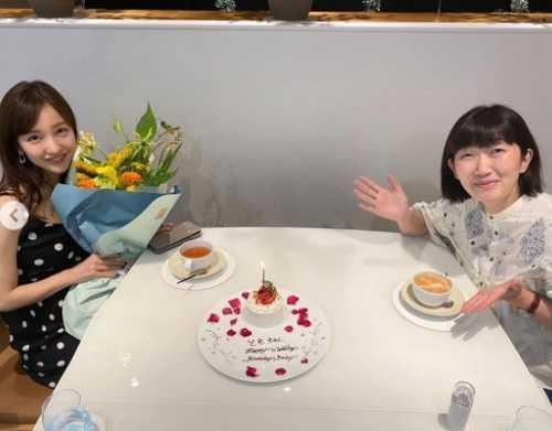 板野友美、川村エミコの祝福を受けハジける笑顔!