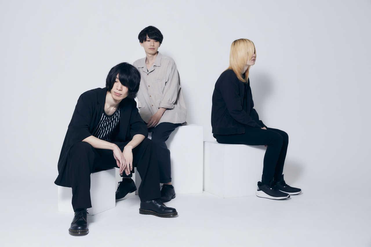 L→R 夏目龍一(Vo&Gu)、横井 亨(Dr&Cho)、石黒浩太郎(Ba&Cho)