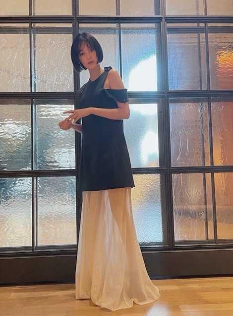 """玉城ティナ、肩から背中まで露出した""""純白""""のドレスに身を包みひざまずくポーズ"""