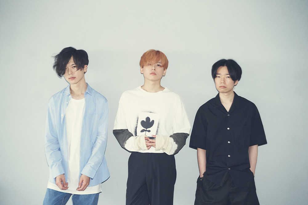 L→R 亀山敦史(Ba)、陶山良太(Vo&Gu)、もぐ(Dr)