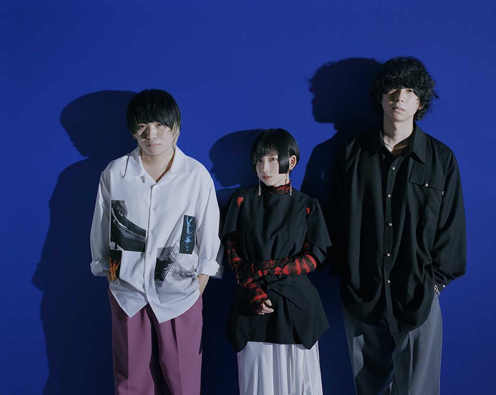 L→R マツイユウキ(Dr)、片桐(Vo&Gu)、ヤスカワアル(Ba)