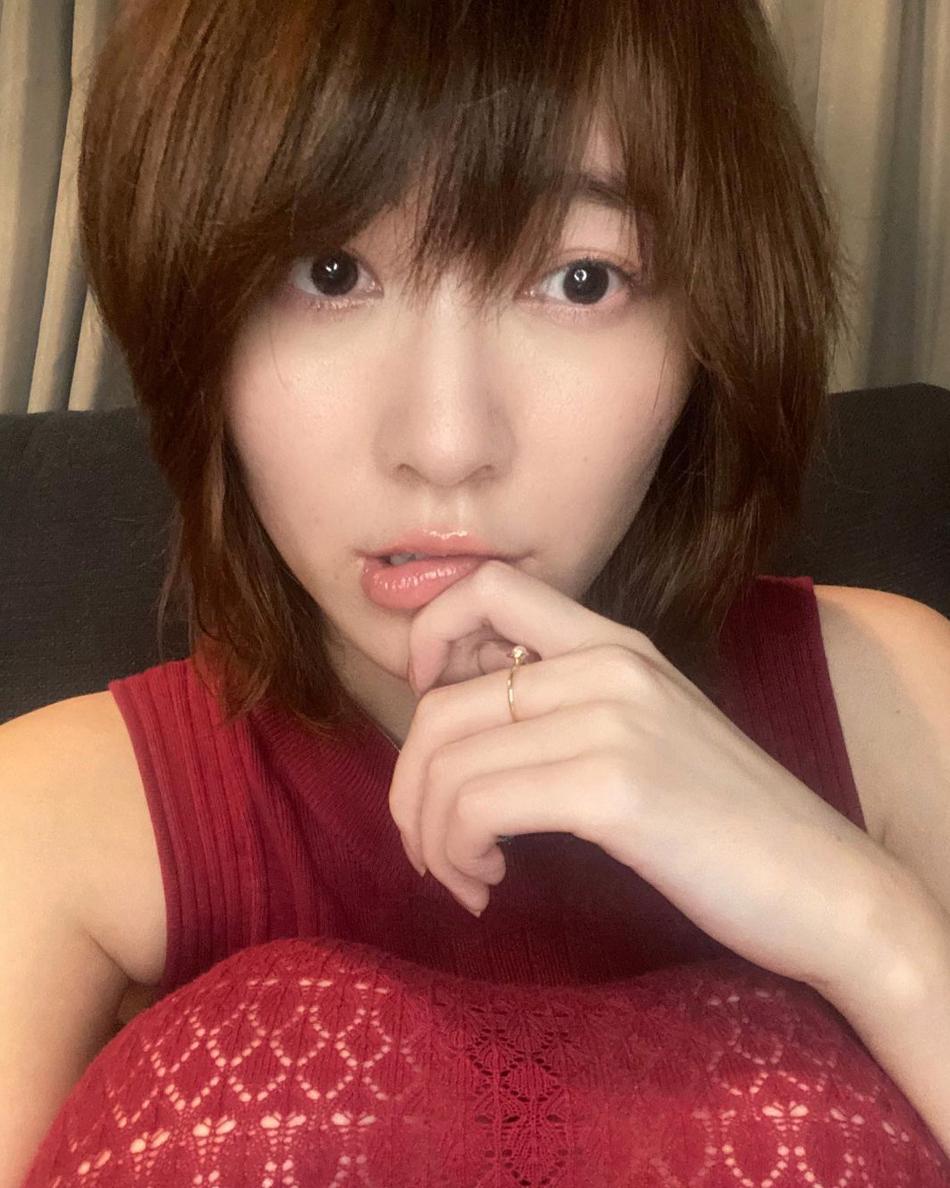 松井珠理奈、大胆イメチェン!ピンク髪 & 肌見せスタイルでピース